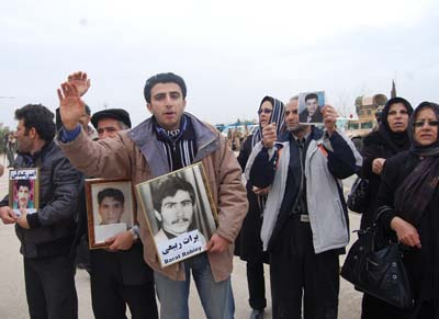 Families of victims of Mojahedin Khalq picketing in front of Camp Ashraf