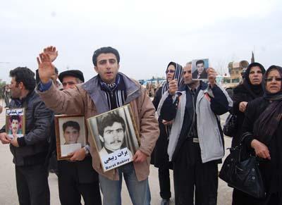 عوائل ايرانية تطالب السفير هيل بمساعدتها على لقاء ابنائها في معسكر اشرف بديالى