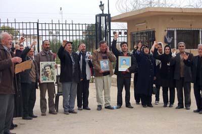پس از گذشت ده روز بالاخره گروه کوچکی از خانواده های ایرانی که برای دیدار با جگر گوشه های خود به قرارگاه مجاهدین (قرارگاه اشرف سابق یا عراق جدید) رفته بودند بعنوان اعتراض به عدم رسیدگی به خواسته هایشان در پشت درب این قرارگاه بست نشستند. این افراد هیچ خواسته ای جز دیدار با اعضای خانواده خود که در این کمپ تحت کنترل سران مجاهدین قرار هستند ندارند. برخی از این خانواده ها چندین دهه از فرزندانشان بی خبر بوده اند.