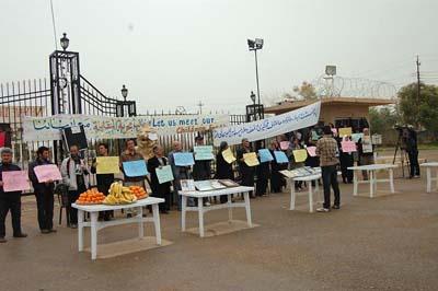 کمپ اشرف، اعتصاب خانواده ها و مطبوعات عراقی