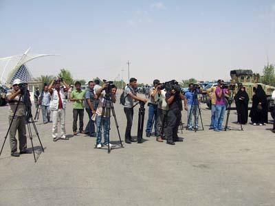 همزمان با گردهمائی پاریس، خانواده های متحصن در مقابل دروازه پادگان اشرف اقدام به برپائی اکسیونی نمودند که بسیاری از مقامات و شخصیت ها و نمایندگان رسانه های عراقی و همچنین شهروندان و شیوخ استان دیالی و شخصیت های بین المللی و حقوق بشری در آن شرکت داشتند.