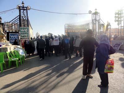 المئات من أهالي محافظة ديالى، الجمعة، سلميا أمام مخيم العراق الجديد (معسكر اشرف سابقا) المقر الرئيسي لمنظمة خلق الإيرانية مطالبين بإخراجها من البلاد ورشقت عناصر المنظمة المتظاهرين بالحجارة واصابت بعضهم بجروح.