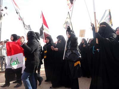 تظاهر العراقيين امام معسكر اشرف