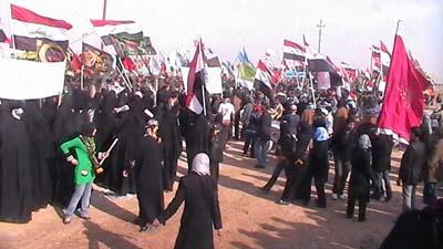 تظاهر العراقيين امام معسكر اشرف2