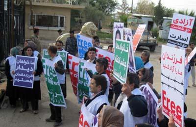 حضور خانواده های اراکی مقابل کمپ اشرف