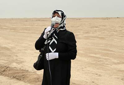 شقيقة رضا حسن زادة ببكاء وتوسل من وراء الحصار والاسلاك الشائكة تنادي اخيها المحتجز في معسكر أشرف المخيف.