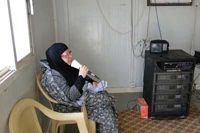 مادر رنج کشیده خسرو سلیقه دار در حال دادن پیام به فرزند اسیر خود