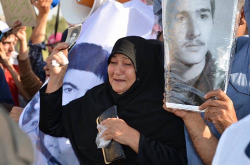 العوائل الإيرانية أمام معسكر ليبرتي للقاءاعزائهم