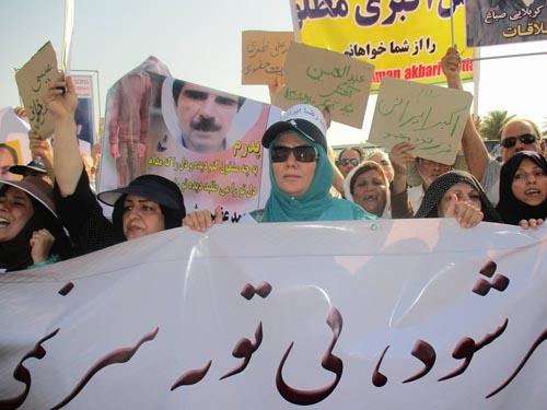 خانواده ایرانپور در کنار دیگر خانواده ها در تلاش برای رهایی عزیزانشان
