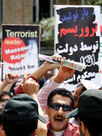 تجمع مقابل سفارت انگلیس