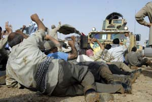 سران گروه تروریستی رجوی که ازپیش درهراس ازبازشدن درب های این پادگان وفرارافراد دچاروحشت شده بودند به تعدادی از این افراد دستوردادند بهرطریق ممکن مانع ورود پلیس عراق گردند