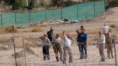 رزمندگان و گوهرهای بی بدیل رجوی در حال مبارزه با خانواده های چشم انتظار خود در کنار سیم های خاردار و حصارها