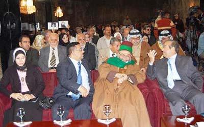 """""""موسسه توسعه رسانه ای عراق"""" که روز جهانی حقوق بشر را در بغداد جشن گرفت، ضمن دعوت از خانواده هایی که آسیب دیده ترین قربانیان نقض حقوق بشر هستند شعار گردهم آیی را نیز اینگونه انتخاب کرده است: """"گروههای مردمی عراق از سازمان مجاهدین خلق می خواهند تا قید و بندهای افرادی که مایلند با خانواده هایشان ملاقات نمایند را بردارد""""."""