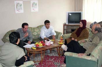 شش تن از جدا شدگان و کادرهای تشکیلاتی با سابقه فرقه ی مجاهدین ساکن استان آذربایجانغربی در نشستی در محل دفتر انجمن نجات آذربایجانغربی به تاریخ 12/12/1388 به بحث پیرامون تحولات اخیر و مربوط به دارودسته ی رجوی پرداختند.