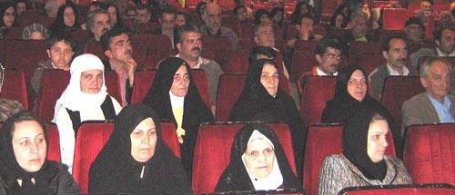 خانواده های اعضای اسیر در فرقه در محل انجمن نجات مرکز گیلان