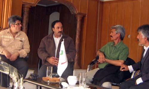 دیدار علی محمد خاتمی با خانواده اسیر موسی دامرودی