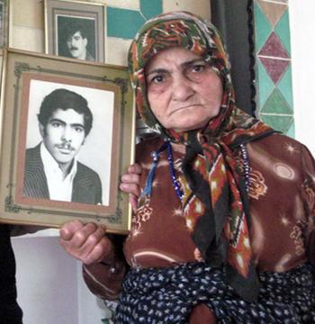 مادر پیر عین اله هم که آخرین عکس جوانی او که مربوط به دوران سربازیش بود را از روی طاقچه اتاق نشان می داد اظهار داشت، پسرم اسیر زمان جنگ صدام بود نمی دانم چطوری سر از قرارگاه اشرف در آورده و 20 سال است اسیر رجوی شده است