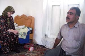 خانم ایزکیان که راه های رفته سالهای جنگ سازمان در عراق را محکوم مینمود , اصرار رهبران مجاهدین بر ماندن افراد در اشرف را بیهوده می دانست و خواهان اقدامات جدی برای نجات فرزندش از عراق بود.