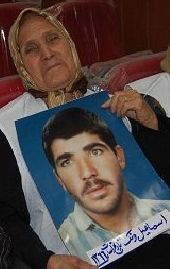 حلیمه کازرانی مادر زندانی در اشرف اسماعیل ونک