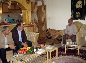 به درخواست آقای قنبر علی شعبان پور (پدر حسن شعبان پور اسیر فرقه رجوی پلید)، اعضای انجمن نجات استان ملاقاتی با ایشان و پسرانش در منزل شخصی او انجام دادند.