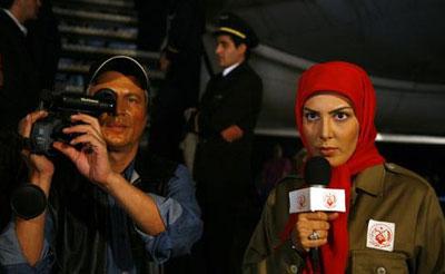 خواهر و برادر مجاهد، هواپیمایی را در مسیر تهران – مشهد سرقت می کنند تا برای رژیم صدام هدیه ببرند، آنها اختلافات خود را نیز در جمع مسافران بروز داده و در نتیجه تماشاچی متوجه ماهیت آنان می شود.