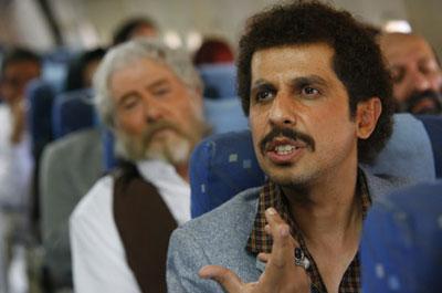 مسافرین هواپیما که بعضا وابسته های آنان در اردوگاههای صدام، اسیر می باشند به شکل حرفه ای و با زبان طنز، تروریستهای هواپیما ربا را مسخره کرده و آقای جواد رضویان که از کُمدین های معروف ایران می باشد، حقیقت مجاهدین را با چند جمله به مخاطب معرفی می کند